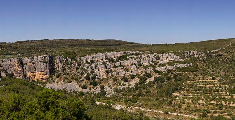Vista del paisaje en el que se sitúa la Cova dels Cavalls.